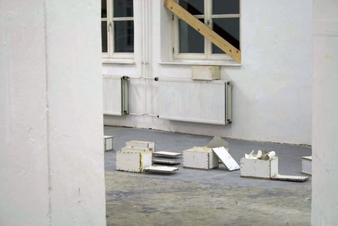 Wärme halten (Detail), 2009, Wood, screws 31,4 x 202 x 21,7 cm; 31,6 x 16,8 x 15,7 cm